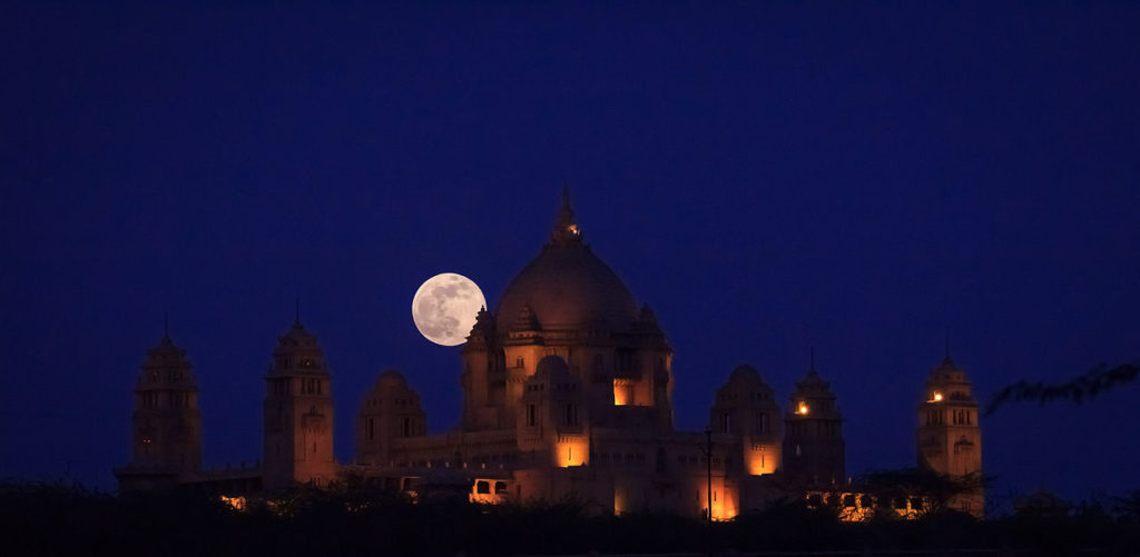 Szuperhold az Umaid Bhavan palota felett