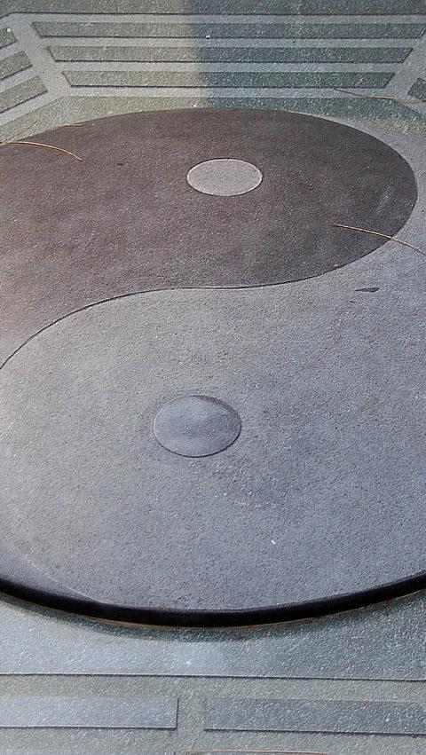 Jin-jang kőbe vésve fejezi ki a szimbólum lényegét
