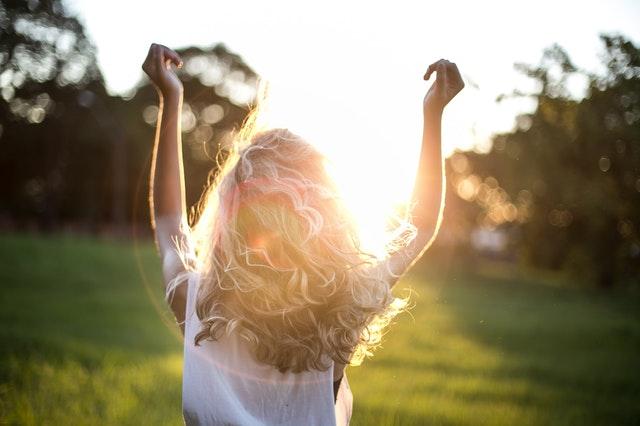 Egyszerre vagyunk tükör és nap, fényforrás és fénytükröző