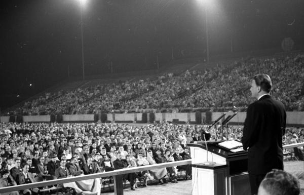 Billy Graham tömegeknek prédikál