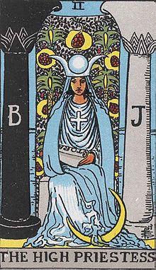 A Főpapnő-t nevezik még Pápanőnek is, Nőpápának, de Papnő a másik olvasta
