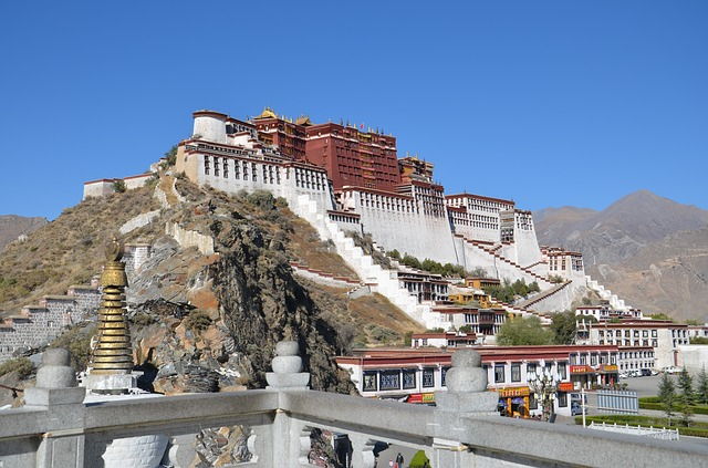 A dalai lámák intézménye és történetük - Lhászai Potala palota