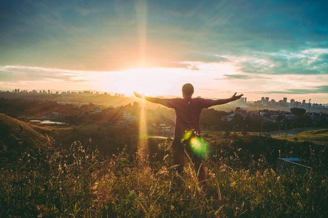 A vishuddhi csakra a határtalan boldogság és korlátlan szabadság érzését közvetíti, s képességeink is szabadon kibontakozhatnak rajta keresztül.