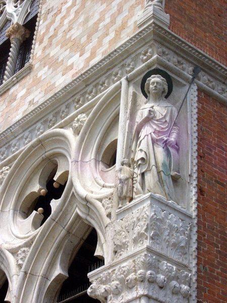 Rafael arkangyal szobra a velencei Palazzo Ducale-t díszíti