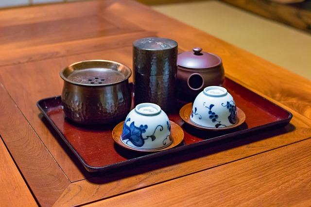 Az igazi nyers zöld teát, a koi-csát, pedig a tealevelek aprólékos porításával, péppé gyúrásával készítik, amelyet éppen csak, hogy felöntenek forró vízzel.