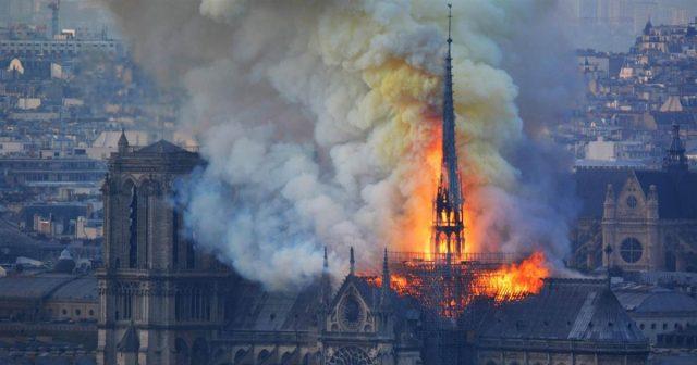 Lángokban állt a párizsi Notre Dame székesegyház